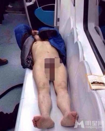 北京地铁十号线男子醉酒 全裸躺卧被拍惊呆一车厢_0