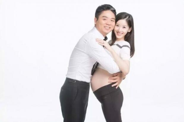 奶茶妹挺孕肚与刘强东拍写真两人相拥亲吻恩爱甜蜜